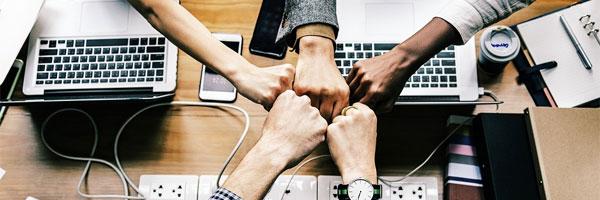 editoras aperto de mão de negócios - Editoras
